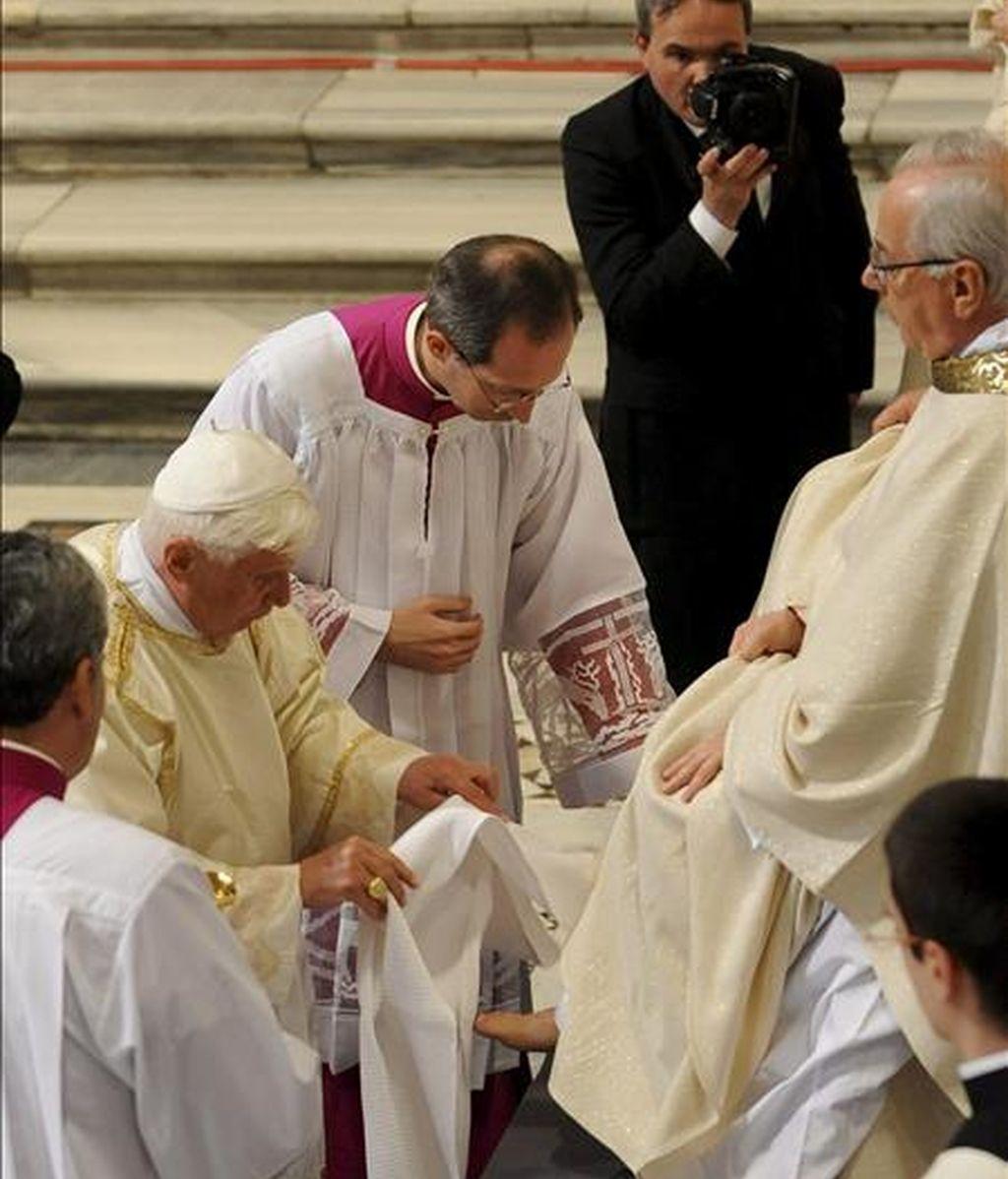 Benedicto XVI le lava los pies a uno de sus 12 sacerdotes durante la misa del Jueves Santo para conmemorar la última cena de Jesús, hoy en la basílida de San Juan de Letrán, considerada la catedral de Roma. EFE