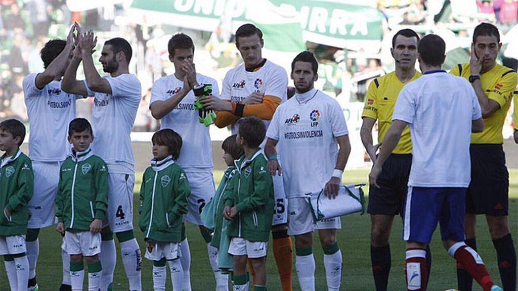 Todos los jugadores se vistieron para un fútbol sin violencia