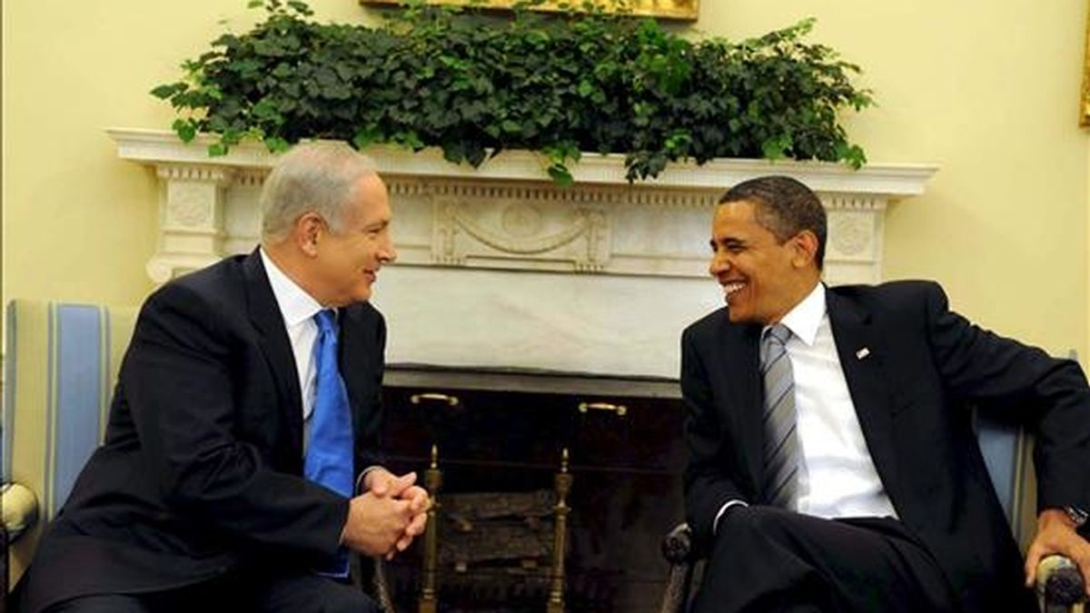 Fotografía del 18 de mayo de 2009 en la que se registró al presidente estadounidense, Barack Obama (d), y al primer ministro israelí, Benjamin Netanyahu, durante una reunión en la Casa Blanca. Obama y  Netanyahu se reencontrarán de nuevo este lunes en Washington. EFE/Archivo