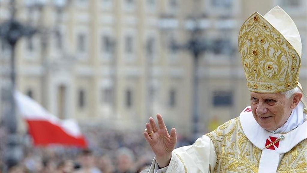El papa Benedicto XVI saluda a los fieles, unos cien mil según fuentes vaticanas, que asisten hoy en la plaza de San Pedro del Vaticano a la misa solemne del Domingo de Resurrección. EFE