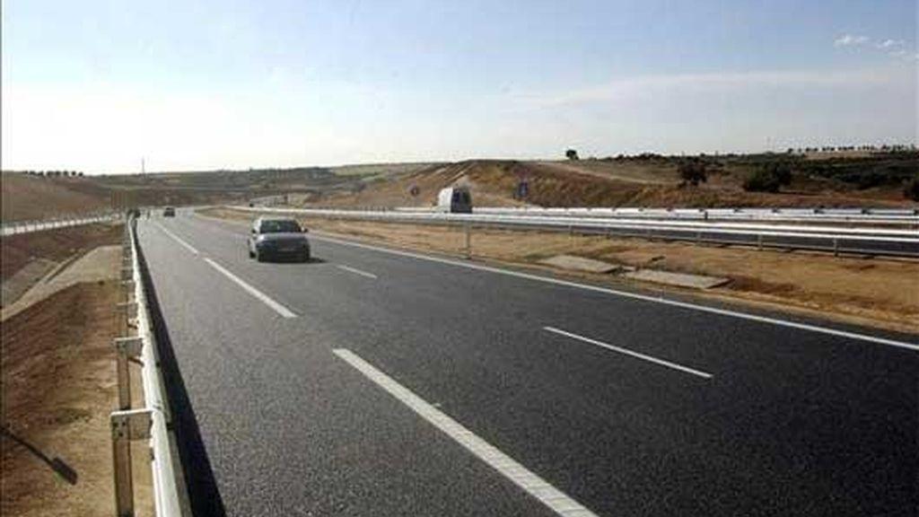 Automovil circulando por autopista. Foto: Archivo/Efe