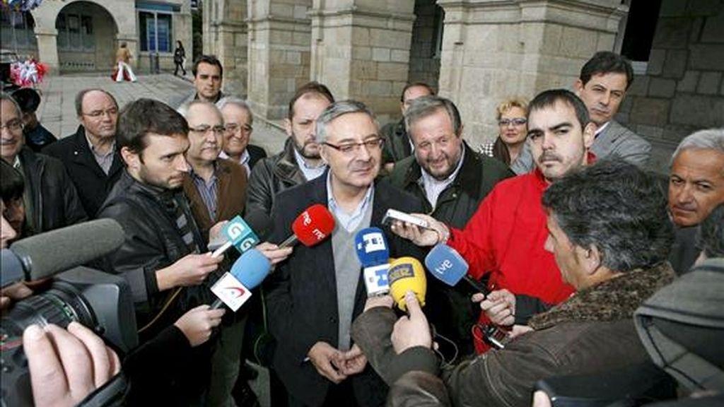 El ministro de Fomento, José Blanco, durante su comparecencia ante los periodistas en Lugo, en una visita no oficial, acompañado por el alcalde de la ciudad, José López Orozco (c-d). EFE