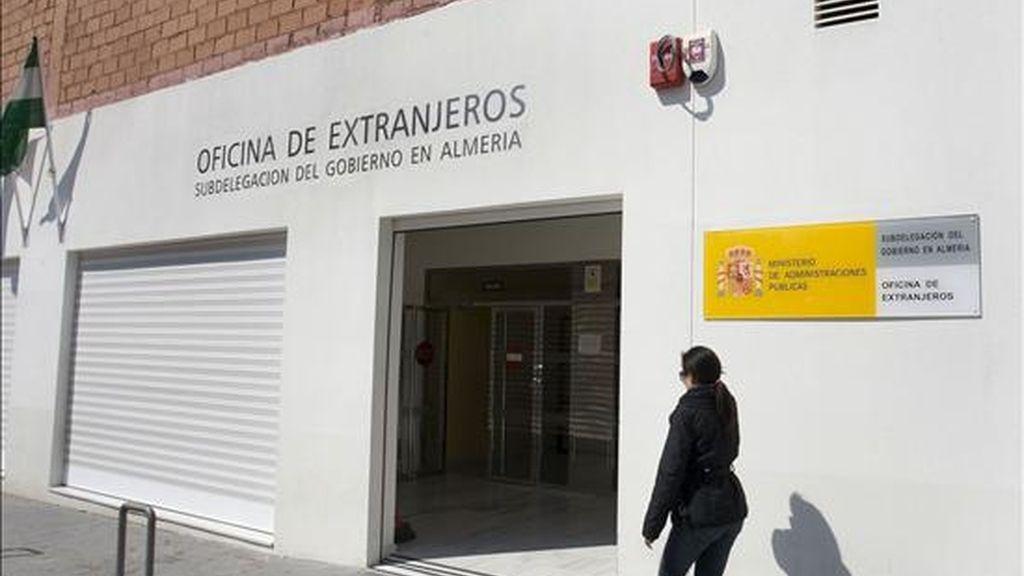 Fachada de la oficina de extranjeria de Almería donde al menos siete personas, entre ellas tres policías nacionales y un funcionario, han sido detenidas por su presunta participación en una trama de estafas a inmigrantes. EFE