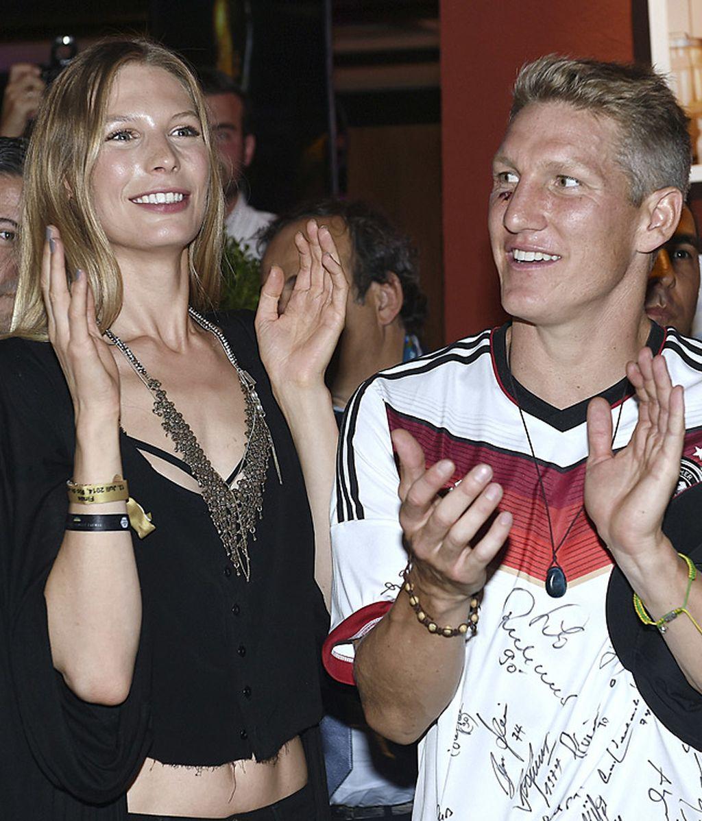 Schweinsteiger y su novia Sarah Brandner aplauden en la fiesta