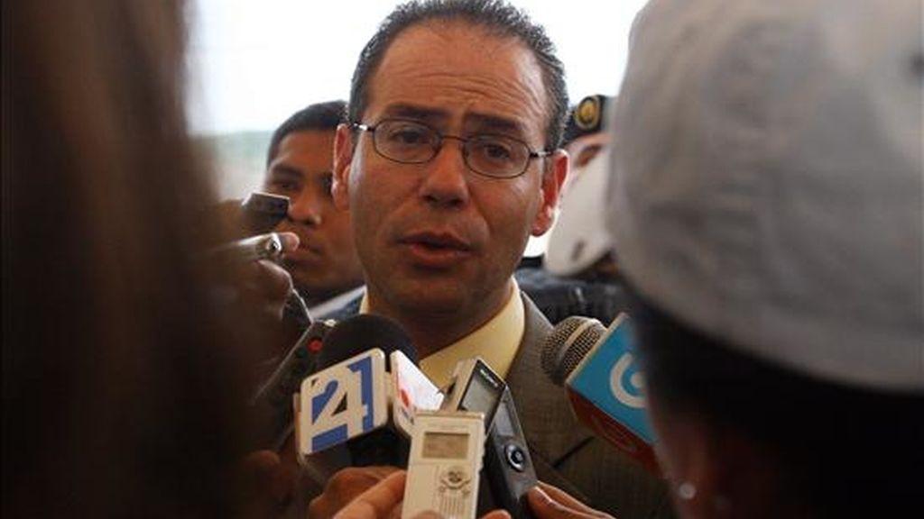 El presidente del Consejo Nacional Electoral, Omar Simons, habla con los medios al inaugurar en la Penitenciaría de Guayaquil (Ecuador). EFE