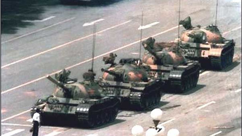 Un joven opositor para a una columna de tanques en Tiananmen. Esta foto fue la galardonada en el World Press Photo de 1989.