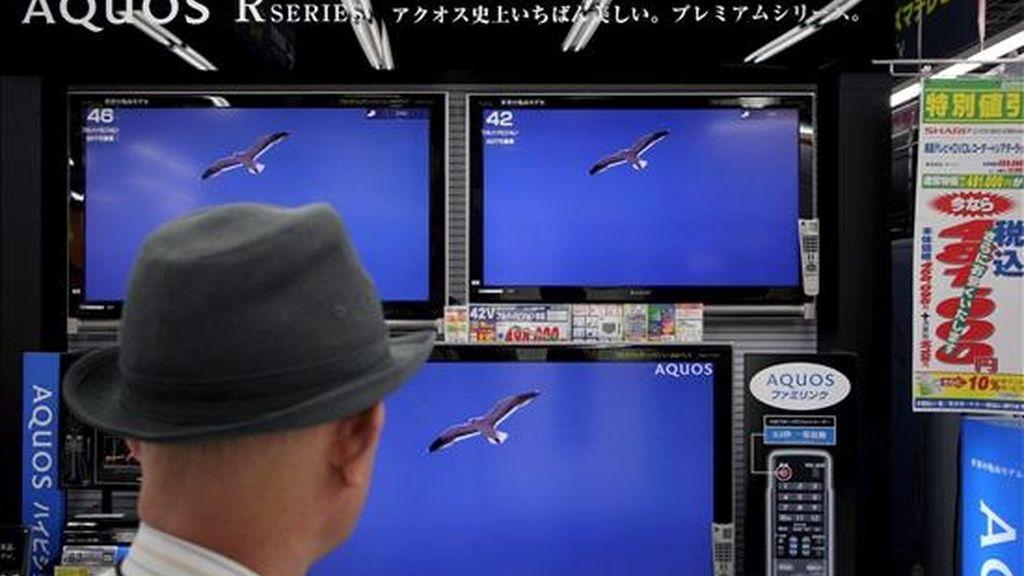 Un japonés mira los televisores de pantalla de cristal líquido (LCD) expuestos en un comercio de electrónica. EFE/Archivo