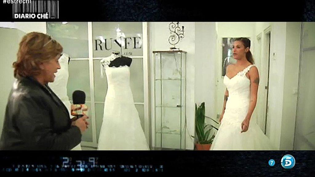 Chelo Gª Cortés ayuda a Techi a elegir el vestido de novia