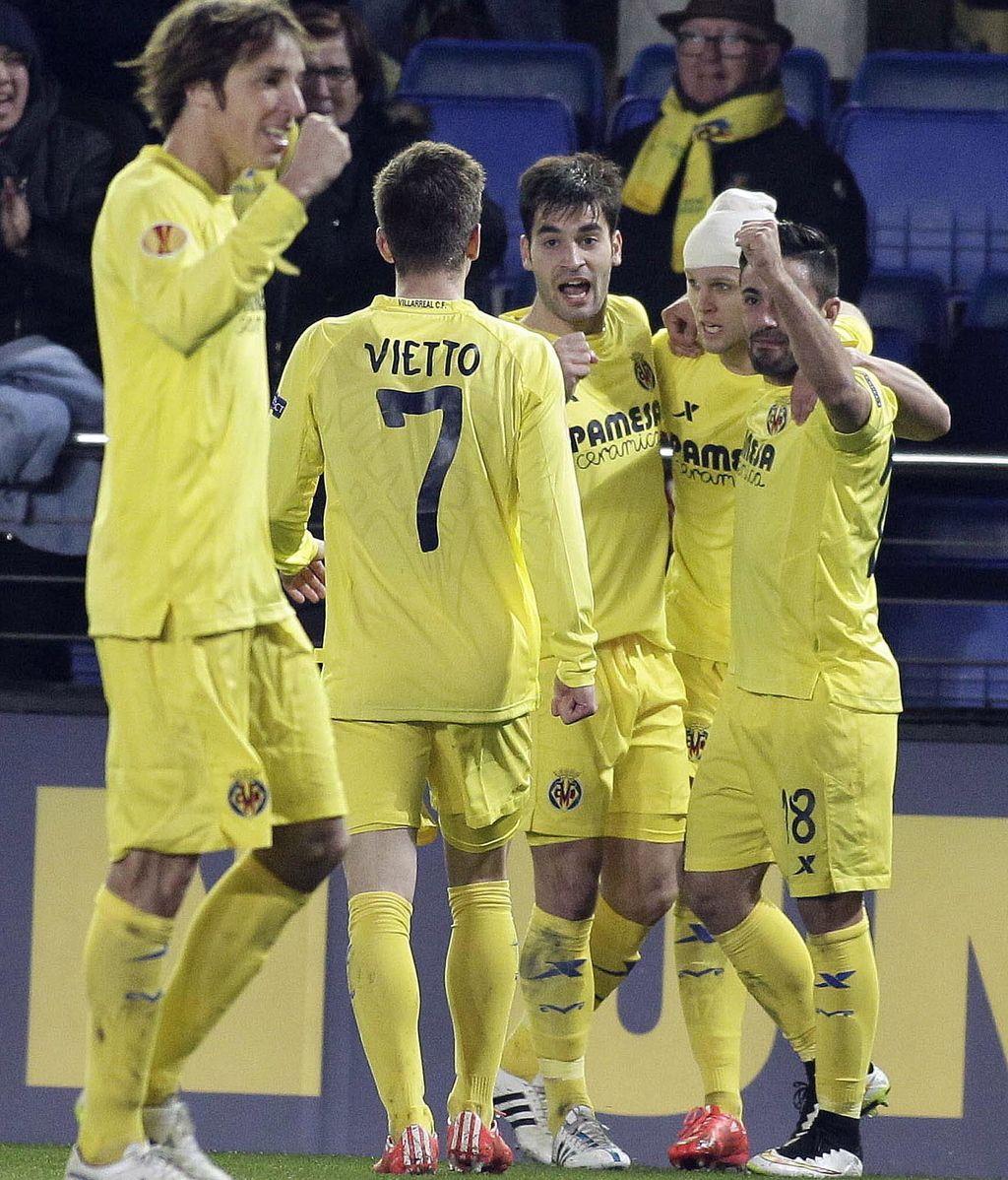 Los jugadores del Villarreal celebran el segundo gol del equipo castellonenese