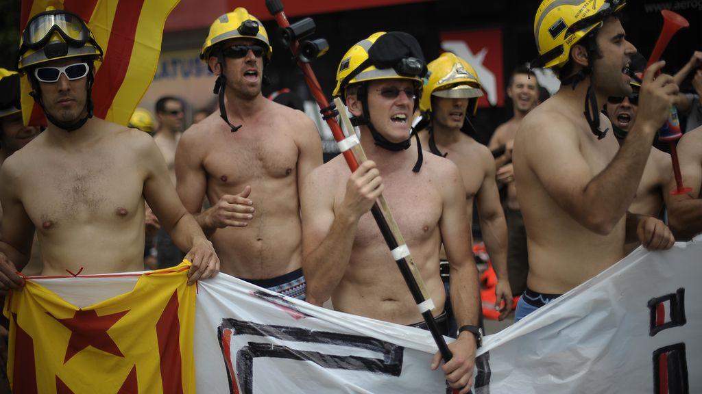 Los bomberos de Sabadell protestan en calzoncillos contra los recortes