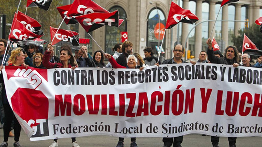 Miembros de la CGT se dirigen esta mañana en Barcelona al centro comercial Las Arenas de Barcelona para realizar una acción consistente en colgar dos pancartas a favor de la huelga general