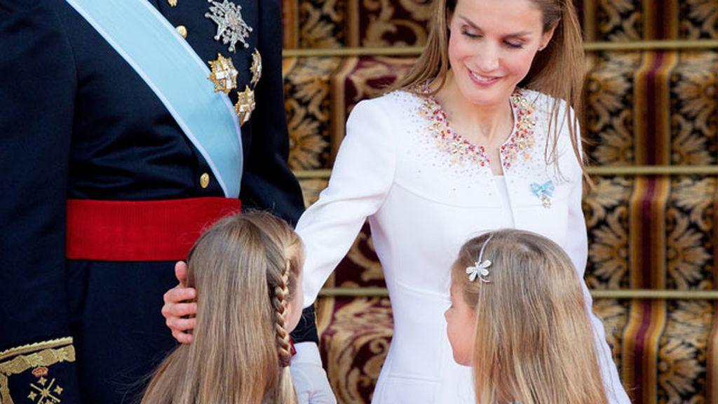 La reina Letizia, pendiente de sus hijas