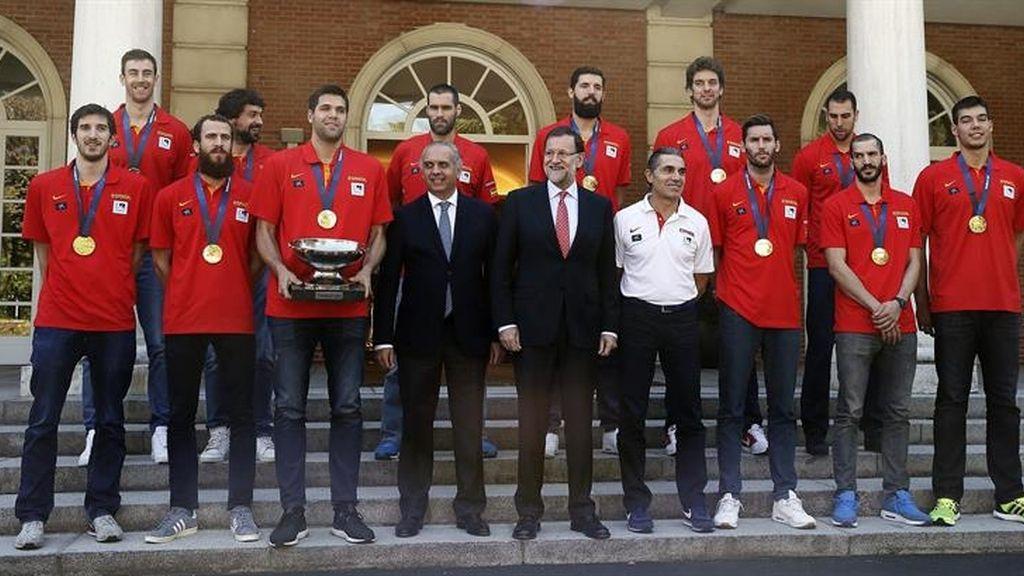 Mariano Rajoy con la selección de baloncesto en Moncloa