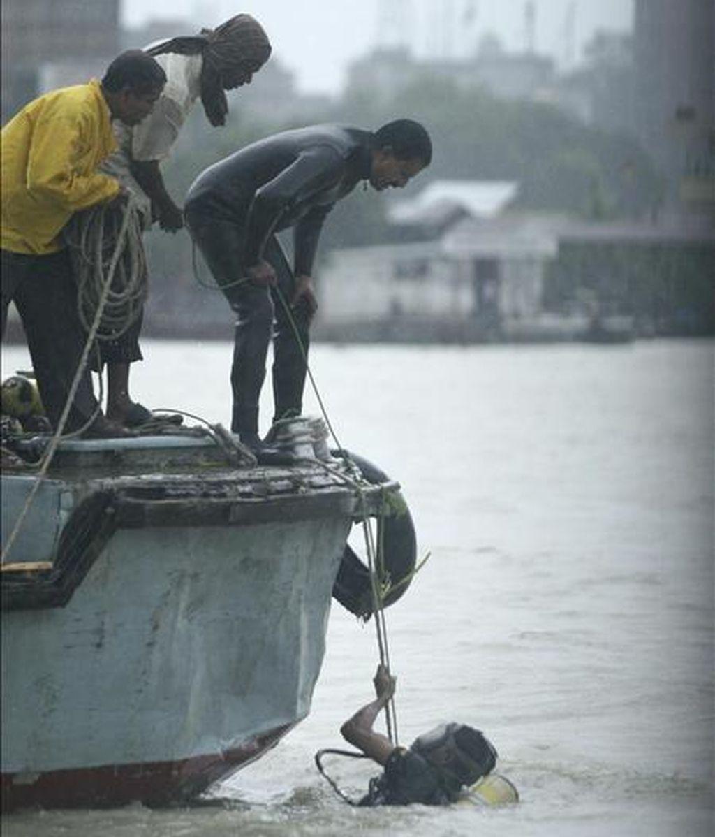 Jóvenes bangladesíes participan en una operación de rescate tras el naufragio de un barco en el río Shitalakkhya, en Narayangonj, en el centro de Bangladesh, hoy, lunes 5 de julio. EFE
