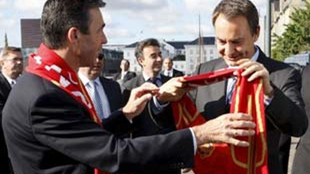El presidente del Gobierno ha recibido una bufanda de España al llegar a Dinamarca. Video: Atlas