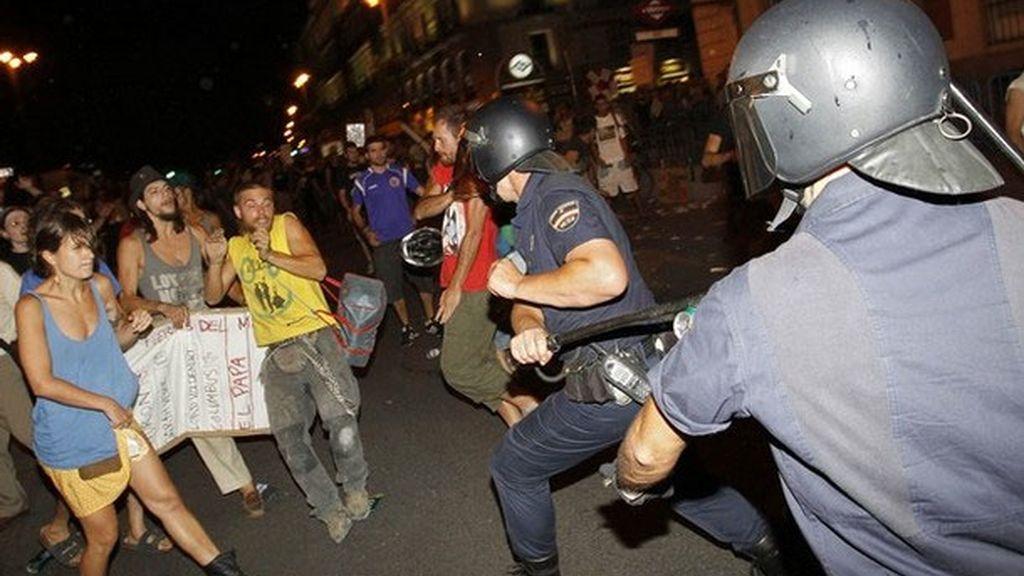 La policía carga contra manifestantes contrarios a la Jornada Mundial de la Juventud