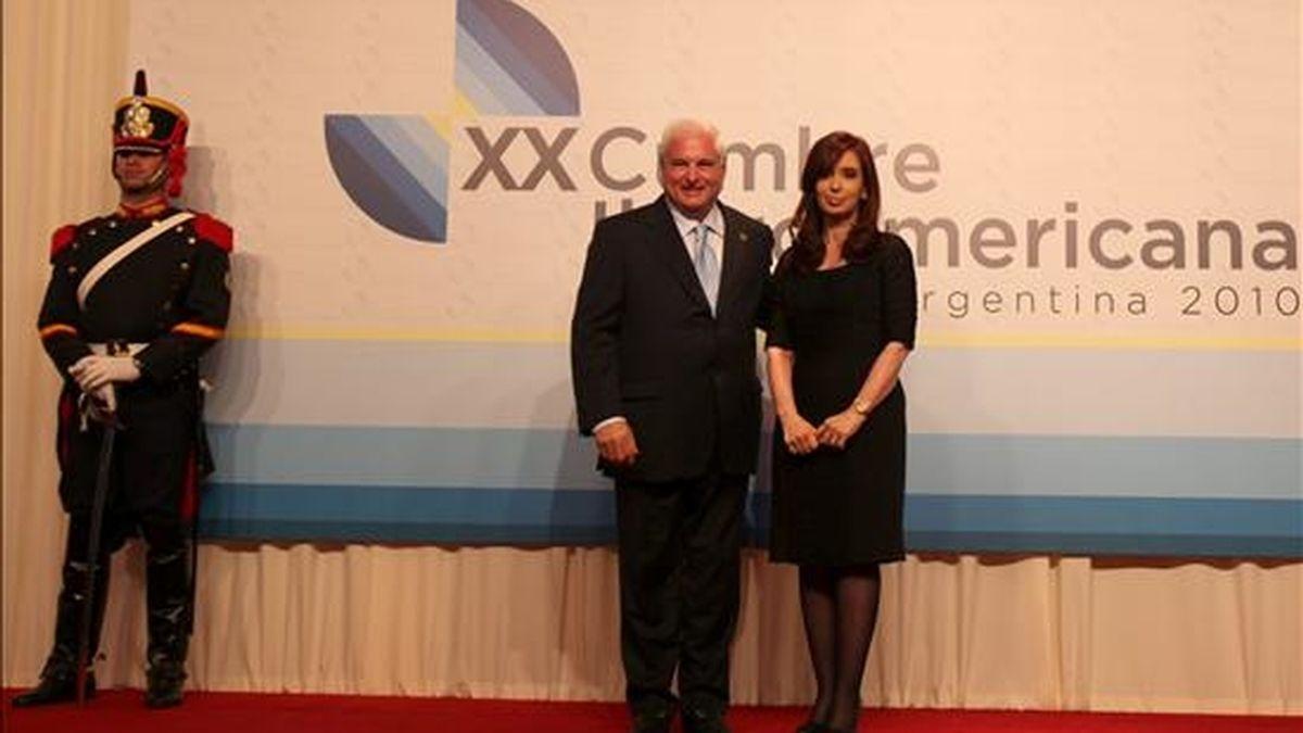 La presidenta de Argentina Cristina Fernández (d) saluda a su homólogo panameño Ricardo Martinelli (i) este 3 de diciembre en la ciudad argentina de Mar del Plata, antes del inicio de la XX Cumbre Iberoamericana de Jefes de Estado y de Gobiernos. EFE