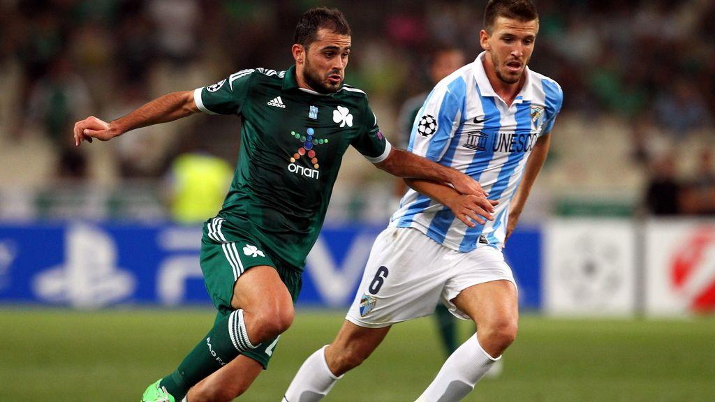 Loukas Vyntra (i) del Panathinaikos FC lucha por el balón con Ignasio Camacho (d) del Malaga CF