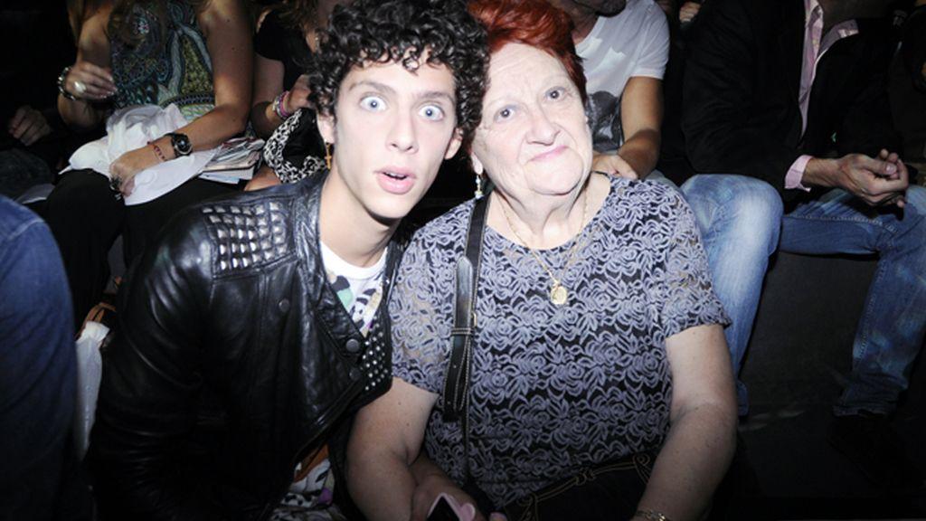 Eduardo Casanova llevó a su abuela al desfile.