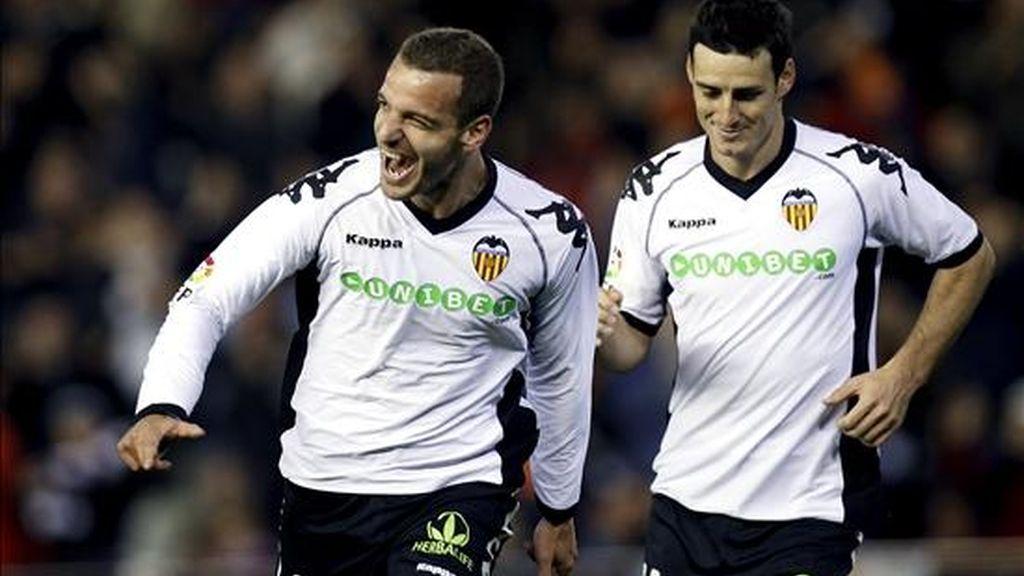 El delantero del Valencia Roberto Soldado (i) celebra en presenciia de Aduriz tras marcar el primer gol ante el Almería, durante el partido de Liga que están disputando en el estadio de Mestalla, en Valencia. EFE