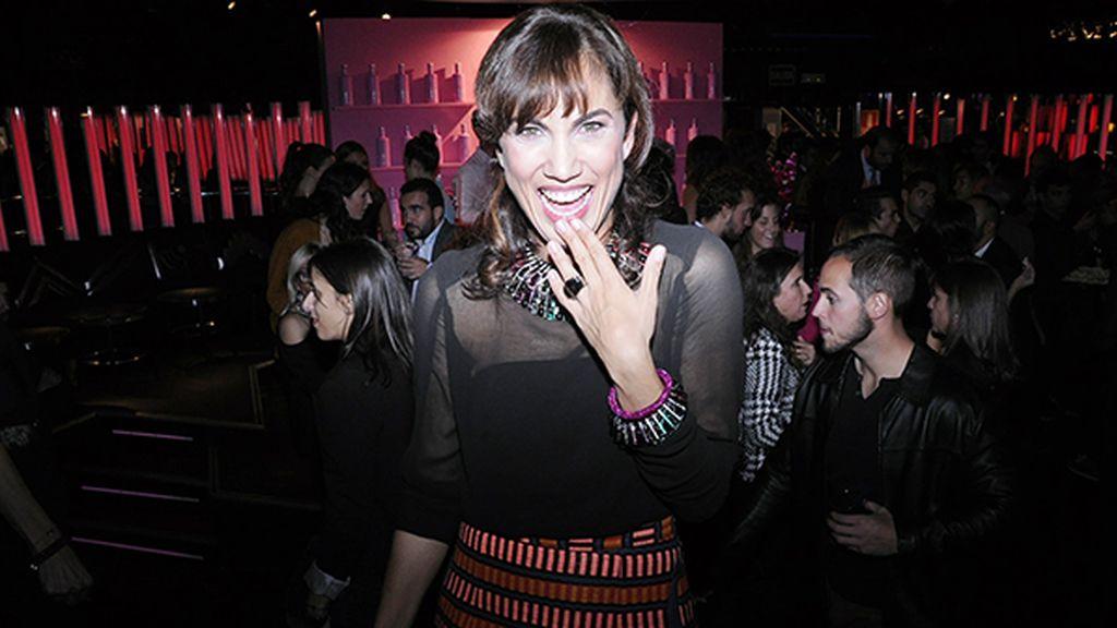 Sorprendimos a Toni Acosta en plena fiesta, vestida de Ana Locking y con joyas de Swarovski