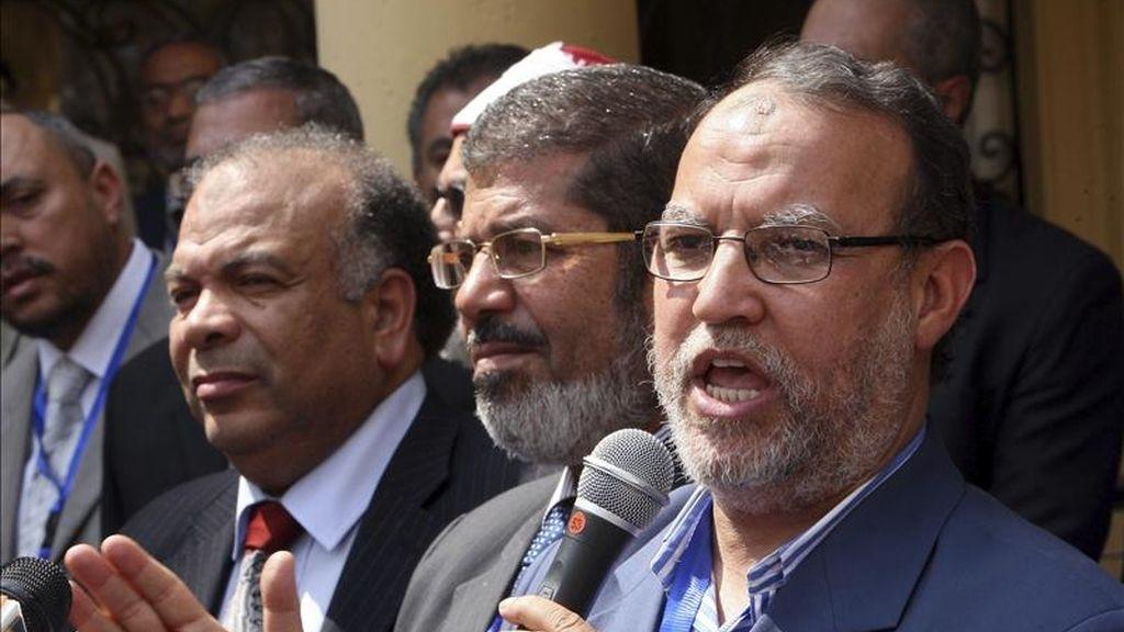 Los líderes del nuevo partido La Libertad y la Justicia, el vicepresidente Esam el Arian (d), el presidente Mohamed Mursi (c) y el secretario general Saad Katatni (i) en una rueda de prensa celebrada en El Cairo hoy. EFE