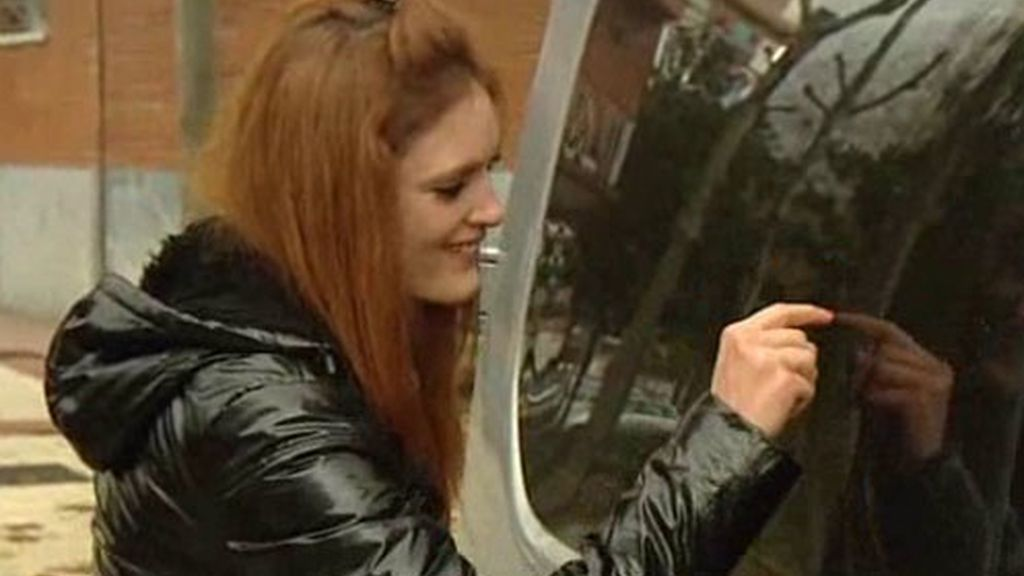 Laura escribe su nombre en Okohonga en el cristal