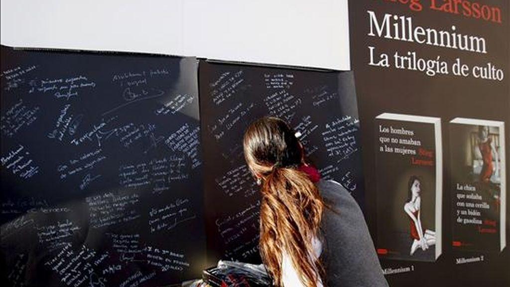 Una joven escribe su opinión en un blog sobre los libros del escritor sueco fallecido que escribio la serie sobre el Milennium, Stieg Larsson, que se ha convertido en libro más vendido de la Diada de Sant Jordi- EFE/Archivo