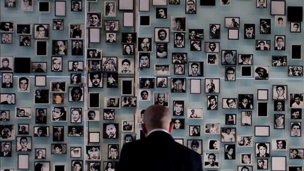 La dictadura chilena causó unos 1.200 detenidos desaparecidos y 28.000 víctimas de prisión política y tortura, en tanto actualmente hay en ese país 64 violadores de los derechos humanos condenados por delitos de lesa humanidad, según cifras oficiales. EFE/Archivo
