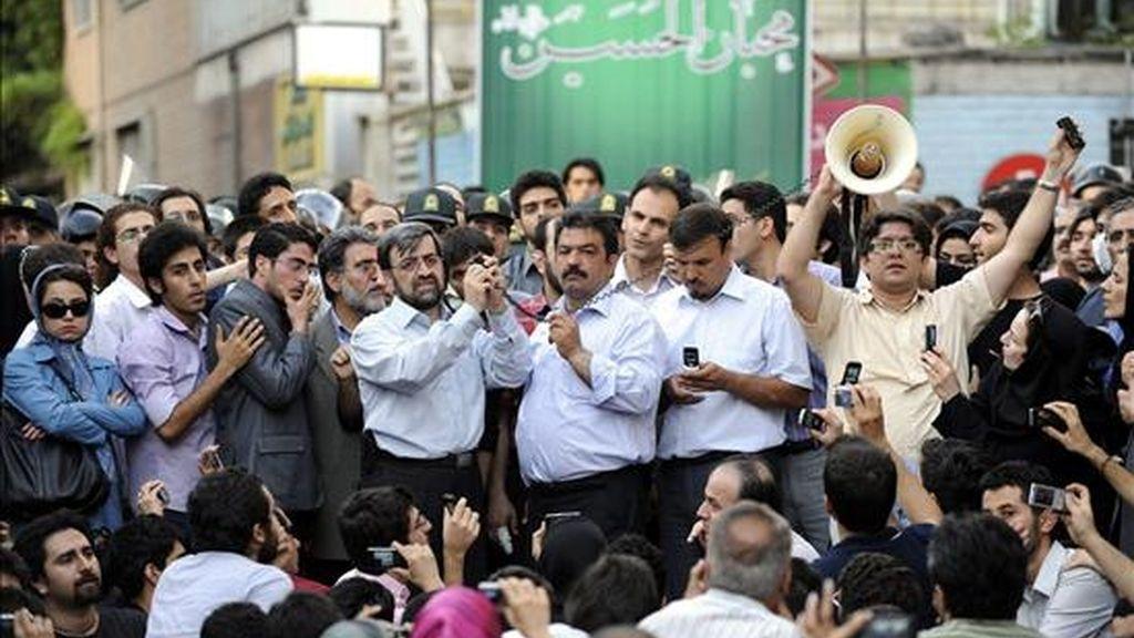 Partidarios del líder de la oposición iraní, Mir Husein Musaví,  conectan un teléfono móvil a un amplificador para que los manifestantes escuchen su voz. EFE A CONSECUENCIA DE LAS PROHIBICIONES OFICIALES A LOS MEDIOS EXTRANJEROS PARA CUBRIR LAS MANIFESTACIONES EN IRÁN, EPA SE VE OBLIGADO A USAR FOTOGRAFÍAS OFICIALES Y DE OTRAS FUENTES