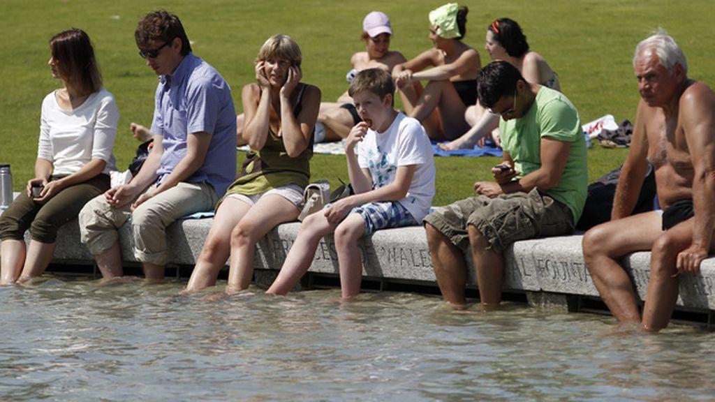 Varias personas se refrescan en un lago en Reino Unido