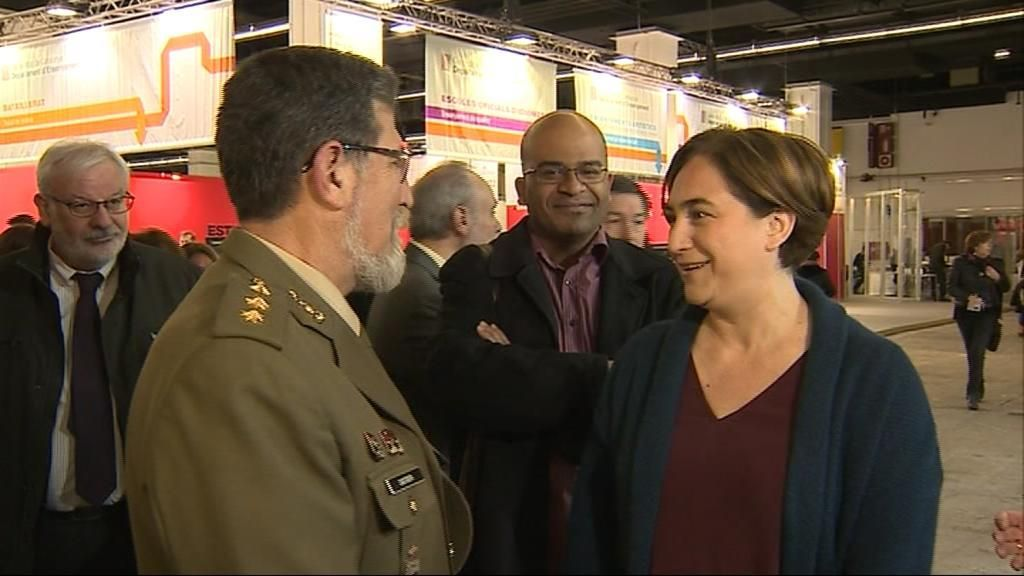 Ada Colau afea la presencia de dos militares