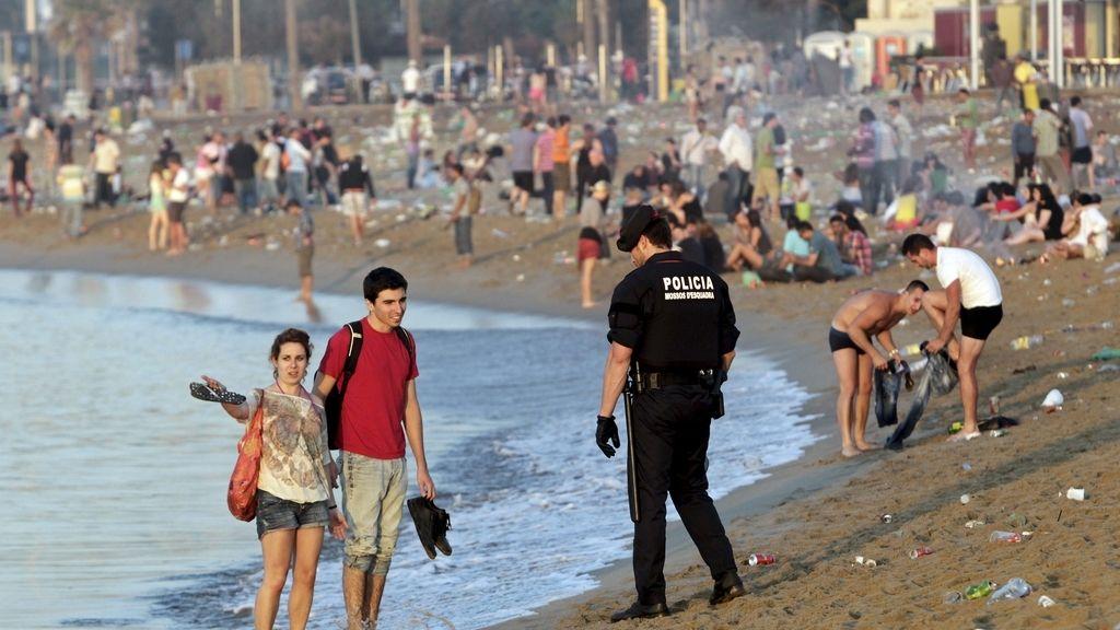 Residuos en la playa de la Barceloneta esta mañana en Barcelona
