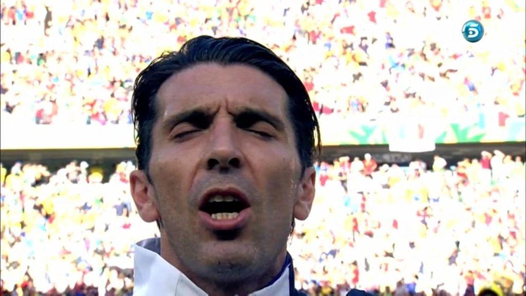 Buffon, escuchando el himno nacional italiano