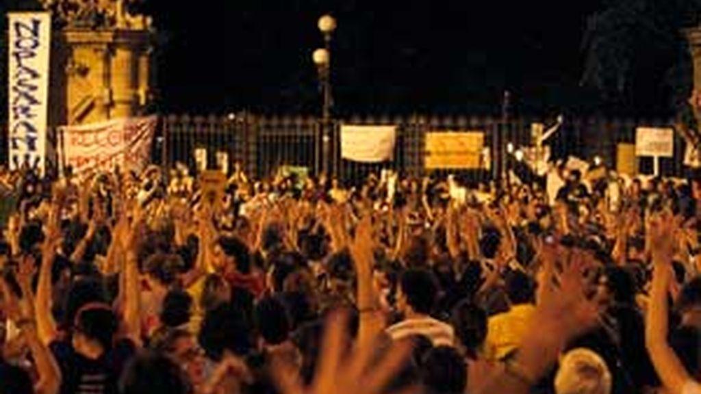 Los 'indignados' en Barcelona bloquean el acceso al Parlament. Vídeo: Informativos Telecinco