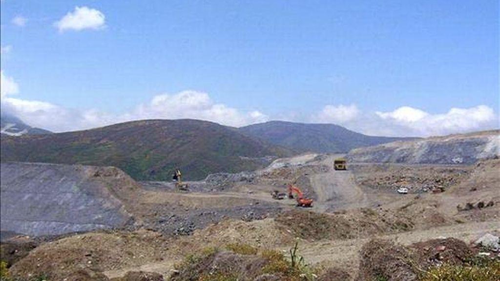 """Imagen de la mina a cielo abierto """"Fonfría"""", donde un trabajador de 26 años ha muerto hoy al precipitarse por un terraplén con el vehículo tipo dumper que conducía. La mina está ubicada en la pedanía de Caboalles de Abajo, en el municipio de Villablino, en León. EFE"""