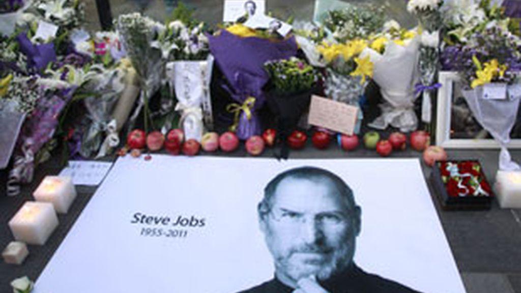 Manzanas frescas, flores y un gran cartel de Steve Jobs fuera de una tienda de Apple. Foto: Gtres