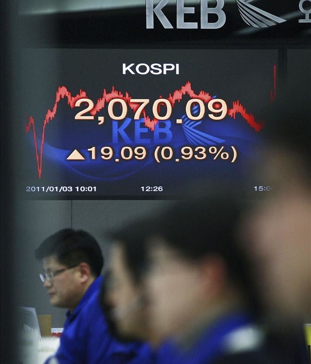 Agentes de bolsa surcoreanos trabajan delante de sus monitores en el Banco de Cambio de Seúl (Corea del Sur). EFE/Archivo