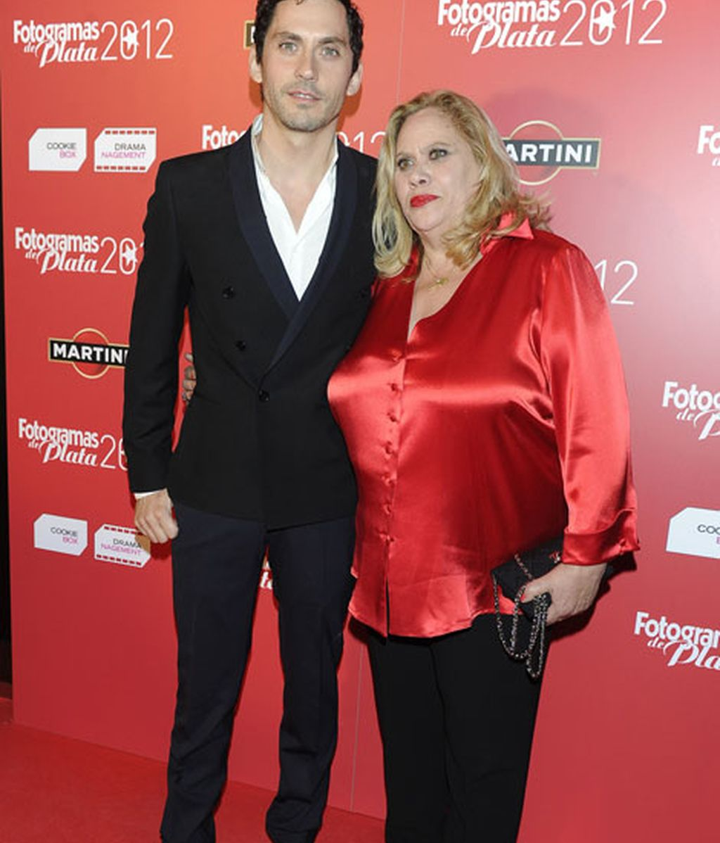 Paco León y su madre Carmina Barrios durante los premios