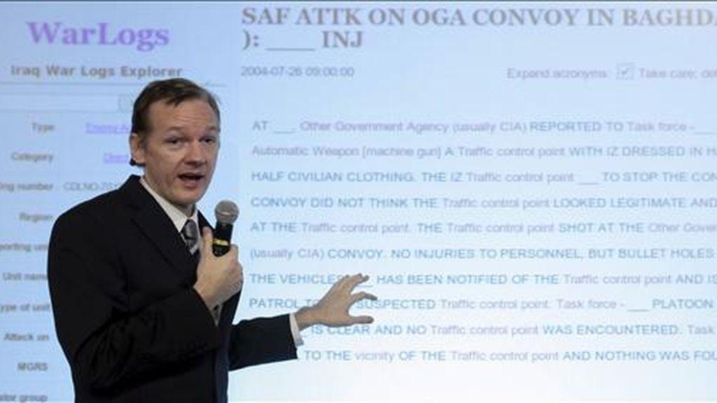 Fotografía de archivo tomada el 23 de octubre de 2010 que muestra al fundador de Wikileaks, Julian Assange, ofreciendo una rueda de prensa en Londres, Reino Unido. EFE/Archivo