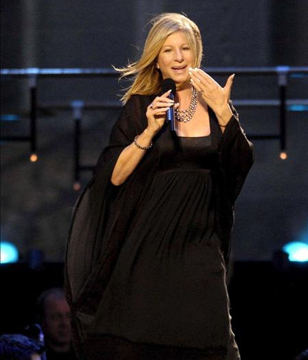 La cantante y actriz estadounidense Barbara Streisand, interpreta uno de sus temas, durante un concierto ofrecido en frente del Schloss Schoenbrunn en Viena (Austria), en 2007 EFE/Archivo