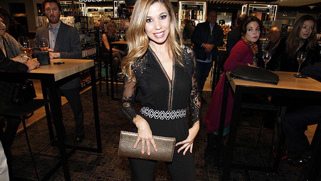 Natalia lució un diseño de Teria Yabar que combinó con cartera de Mascaró