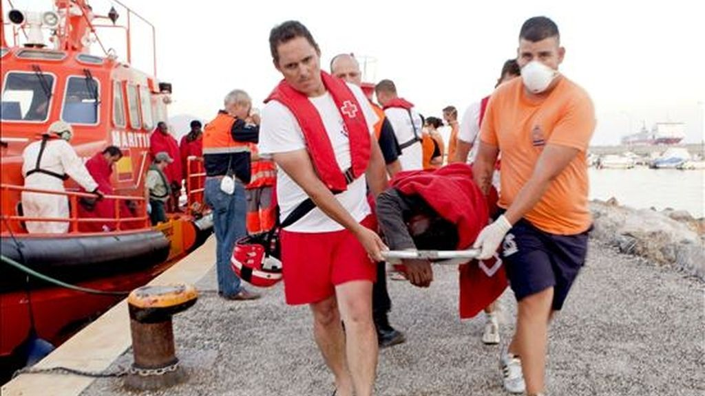 """Llegada al puerto de Motril de la embarcación de Salvamento Marítimo """"Salvamar Hamal"""" con los ocupantes de embarcación rescatada esta tarde frente a las costas de Motril, en Granada, entre los que figuran cinco fallecidos, dos de ellos bebés. EFE"""
