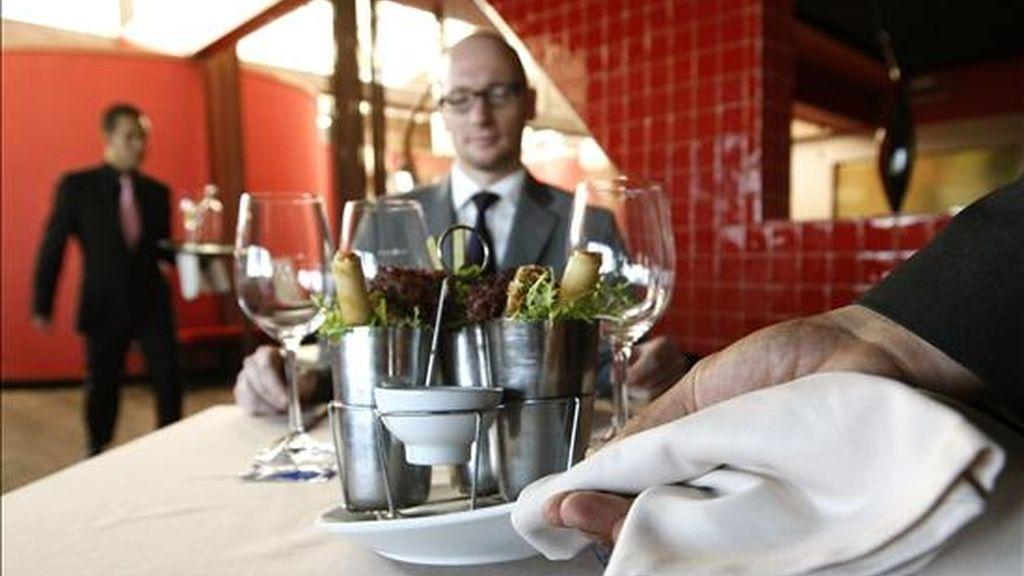 Un camarero sirve un plato en un restaurante de Madrid. EFE/Archivo
