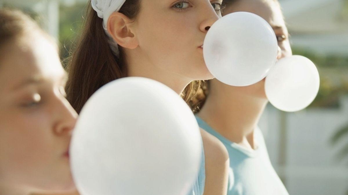 Chicas haciendo globos de chicle