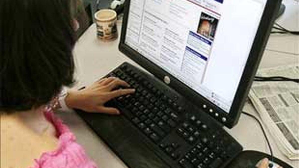 Una de cada tres mujeres se considera adicta a Facebook