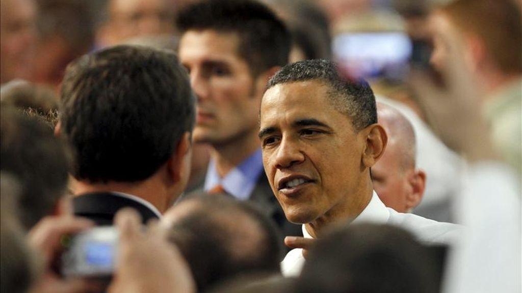 El presidente de EE.UU., Barack Obama, saluda a varios partidarios, tras su intervención en la sede de Allison Transmission, filial de General Motors (GM), en Indianapolis (Indiana), EE.UU.. Obama se reunió este viernes con el comando que el pasado domingo mató al líder de la red terrorista Al Qaeda, Osama bin Laden. EFE