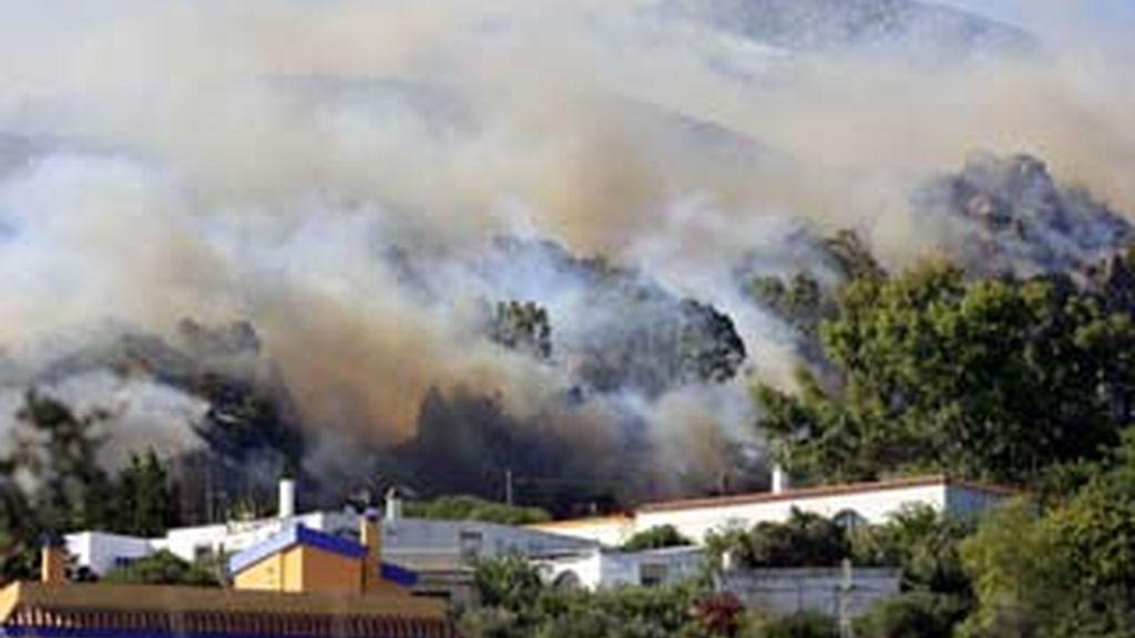 El incendio aún permanece activo. Video: Informativos Telecinco