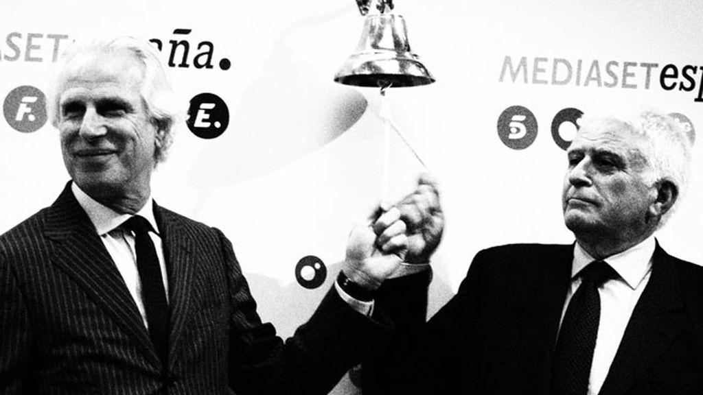 Giuseppe Tringali y Paolo Vasile en el momento de hacer sonar la campana