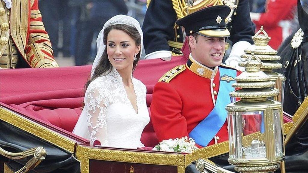 Una fotografía facilitada hoy sábado el 30 de abril de 2011 que muestra al príncipe Guillermo y Catalina, los nuevos duques de Cambridge, mientras abandonan la abadía de Westminster en un carruaje de caballos camino al palacio de Buckingham, en Londres, Reino Unido, ayer 29 de abril de 2011. EFE